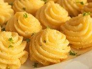 Рецепта Шприцовано картофено пюре на фурна със сирене, заквасена сметана, пресен зелен лук и копър